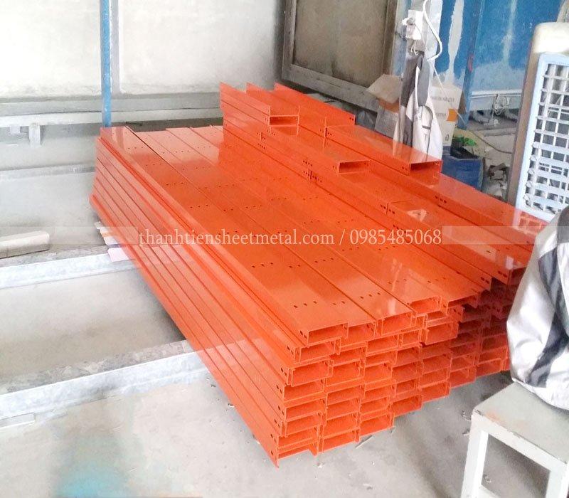 Sản xuất máng cáp sơn tĩnh điện màu cam 300x100