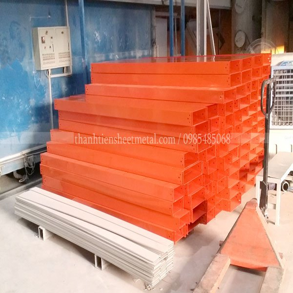 Sản xuất máng cáp sơn tĩnh điện màu cam 300x150