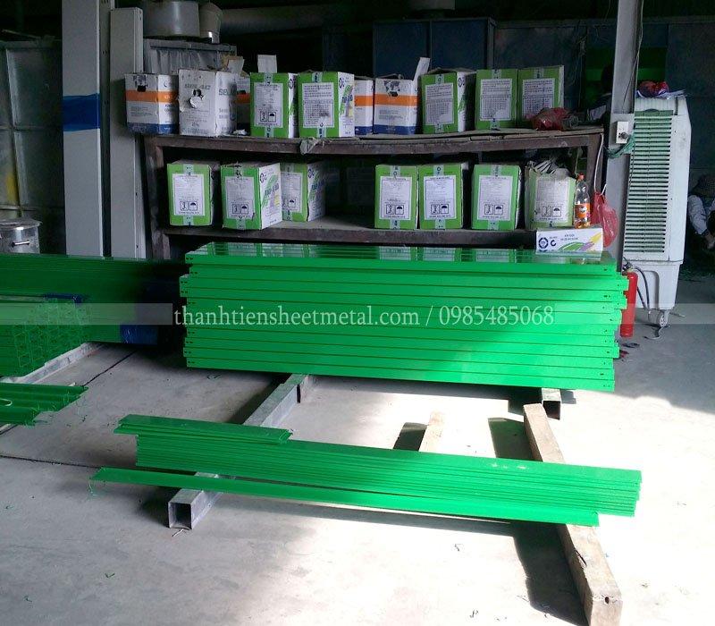Sản xuất máng cáp sơn tĩnh điện màu xanh theo yêu cầu