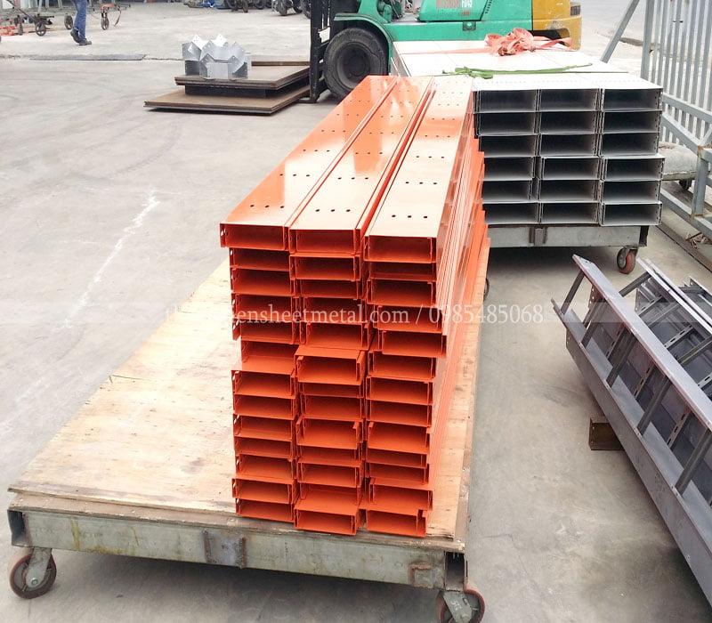 Sản xuất máng cáp 300x100 sơn tĩnh điện màu cam