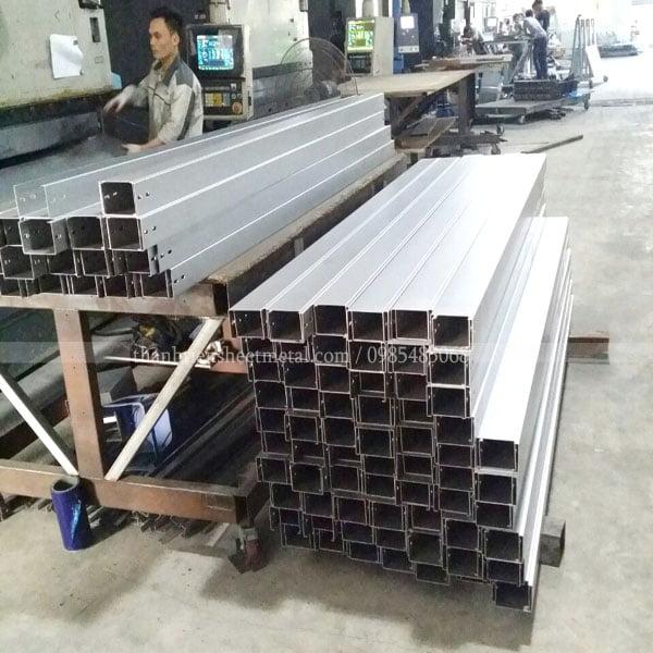 Sản xuất máng cáp 50x50mm thép mạ kẽm