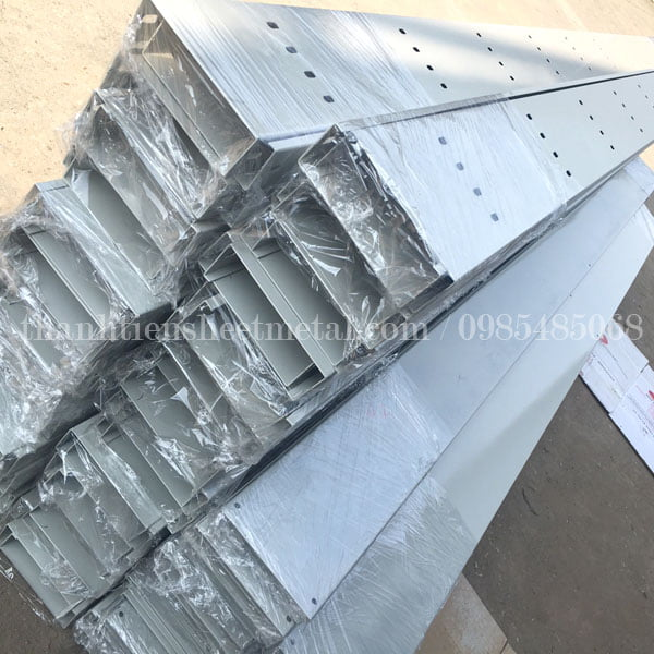Sản xuất máng cáp có nắp đậy 200x50 sơn tĩnh điện