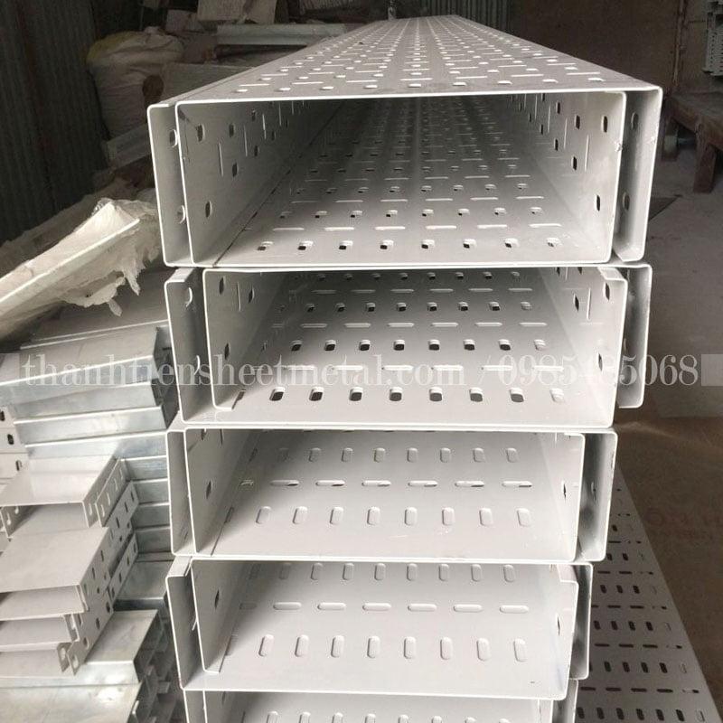 Sản xuất máng cáp đục lỗ 300x100 sơn tĩnh điện